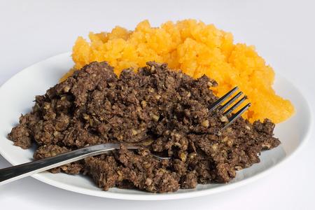 carne picada: Haggis y neeps tradicionales de cerca, también llamada quema cena en Escocia.