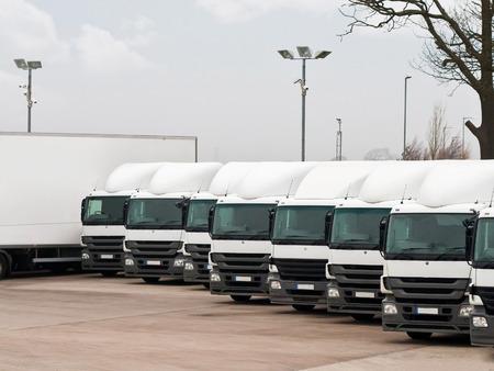 lorry: Flotta di camion commerciali parcheggiate in fila pronti per la distribuzione del carico Azienda