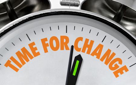 Tijd voor verandering zakelijke spreekwoord of bericht op een traditionele zilveren chroom wijzerplaat Stockfoto