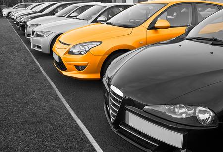 La nuova vettura perfetta di tua scelta selezionati da una fila di diverse marche europee di auto usate in vendita al minuto su un piazzale concessionari a motore Archivio Fotografico - 28173589