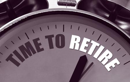 abastecimiento: Despertador cl�sico con el tiempo de la frase para jubilarse en un gran concepto para la planificaci�n de la jubilaci�n y la prestaci�n