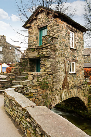 Popular Lake District Tourist attraction the old Bridge House in Ambleside was built over 300 years ago over Stock Ghyll and now a grade one listed building. Standard-Bild