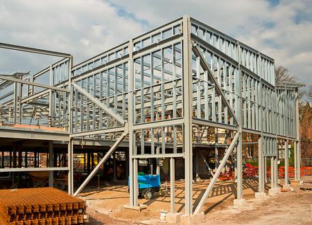 El bastidor esqueleto de un marco de acero de construcción que muestra las columnas de acero verticales y horizontales que haces en un nuevo desarrollo de Office Locales. Foto de archivo