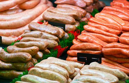 carnes: Selección de salchichas de especialidad en la exhibición en un mostrador de carnicería o ventana de delicatessen