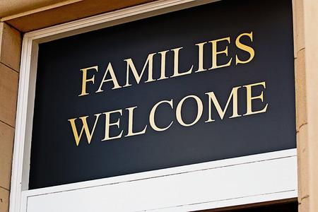 invitando: Familias bienvenidas firmar fuera restaurante invitando a los ni�os a comer comidas de bar en locales con licencia seleccionados Foto de archivo