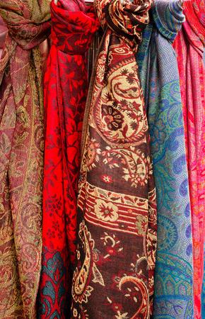 bufandas: Celection de cabeza Bufandas coloridas para la venta en un estante en un puesto del mercado Foto de archivo