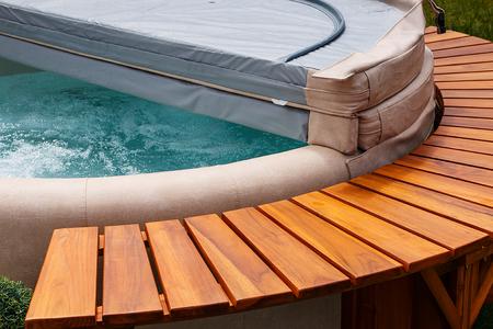 究極のガーデン アクセサリー無料立っている杉の木と革カバー円形の温水浴槽。