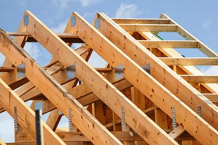construção quadro da madeira padrão com fim acima nas treliças do telhado