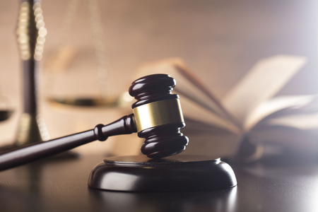 Derecho y la justicia concepto - martillo y la escala y el código legal Foto de archivo - 72875359