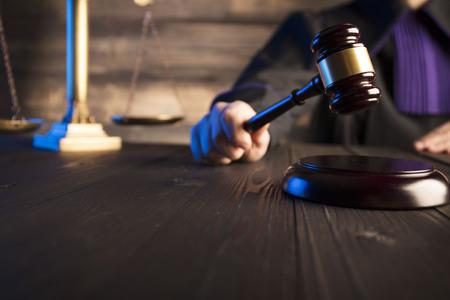 Mallet in de hand van de rechter. Rechtsconcept.
