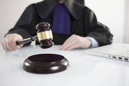i i  i i toga: Mallet en la mano del juez. Concepto de derecho Foto de archivo