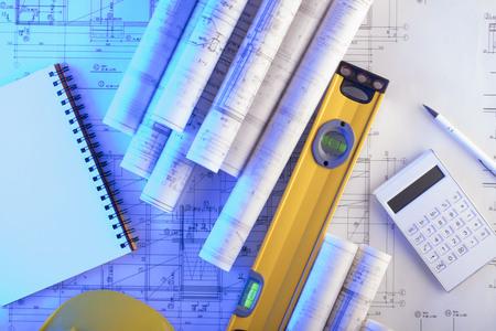 Concepto del contratista. Planos de construcción con herramientas, vista superior. Foto de archivo - 80085859