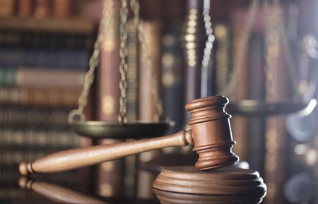Mazo del jugde y escala de la justicia en la biblioteca de la corte. Escritorio de madera. Foto de archivo - 80130609