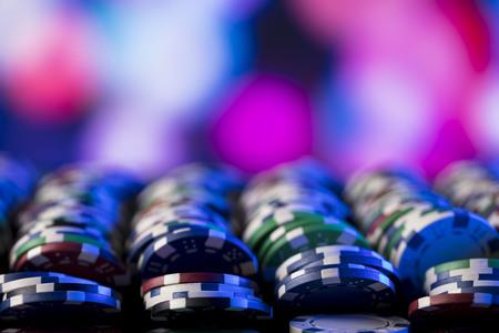 Concepto del casino. Pilas de fichas de póquer. Bokeh colorido. Foto de archivo - 80448906