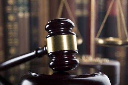 Mallet van de rechter. Wet thema. Rechtbank. Standbeeld van Justitie.