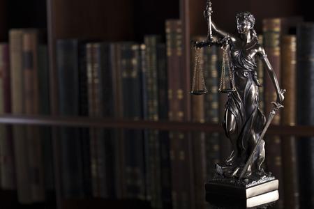 Wet thema. Rechtbank. Standbeeld van Justitie.