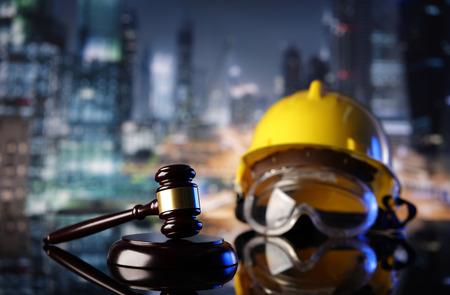 Tema de la ley. Símbolos de la ley de construcción - casco y martillo. Foto de archivo - 85970065