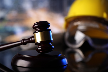 Thème de la loi. Symboles de la loi de la construction - casque et marteau. Banque d'images - 85970072