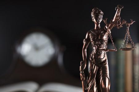 구 법원 도서관. 빈티지 시계입니다. 정의의 동상 스톡 콘텐츠