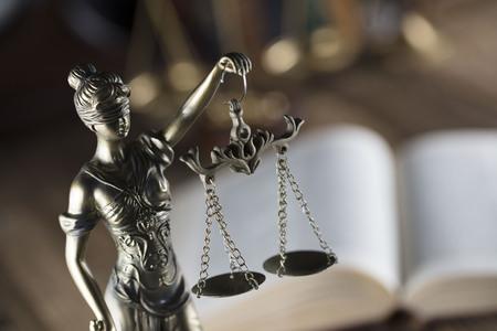 Antigua biblioteca de la corte. Reloj de la vendimia Estatua de la justicia Foto de archivo - 87923628