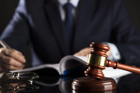 ドキュメントを署名する男。小槌。法の概念。 写真素材