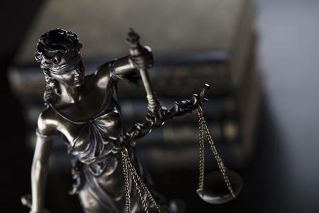 Tematyka prawna. Sędzia koncepcji. Statua sprawiedliwość i książki w starej dworskiej bibliotece.