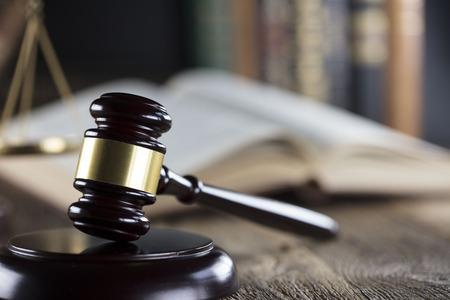 Concepto de juez. Mazo del juez, escala de justicia y libros sobre el escritorio de madera. Foto de archivo - 88862292
