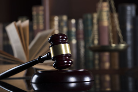 Juridische dienst. Advocatenkantoor. Hamer, schaal en boeken.