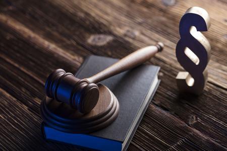 Zakelijk en rechtenthema. Hamer en code van corporatiewet. Stockfoto