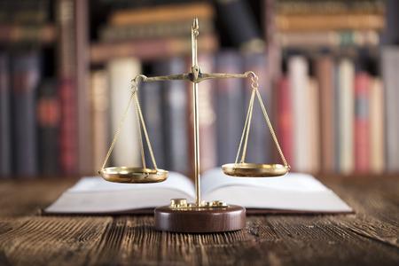 Legalne biuro. Firma prawnicza. Skala i książki.