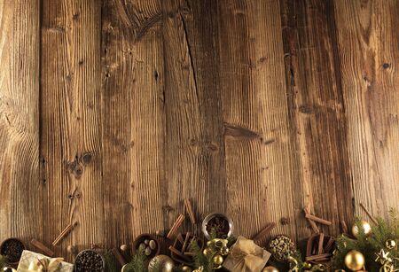 クリスマスの装飾の概念。黄金つまらないとすべてにコピー スペースを持つ素朴な木製の背景クリスマス スパイス。
