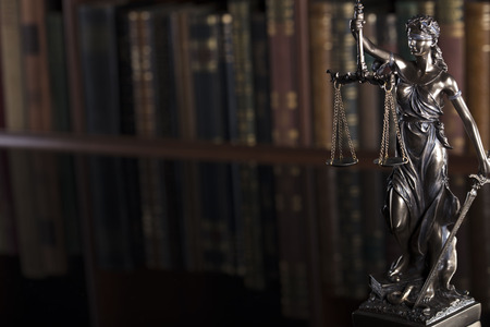 Concepto de derecho Estatua de la justicia en la antigua biblioteca de la corte.