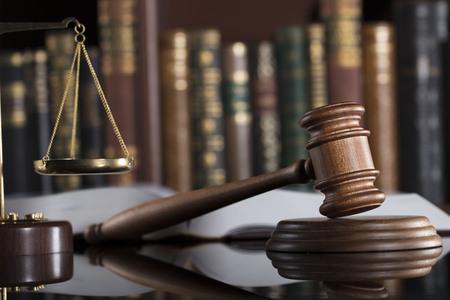 Droit concept . échelle de justice et marteau dans la vieille cour de bain Banque d'images - 91039276