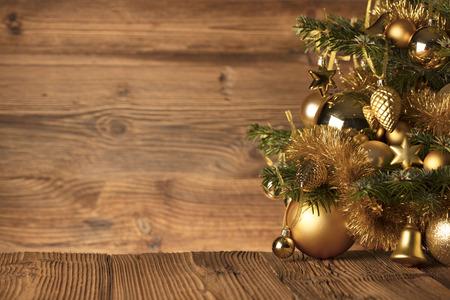クリスマスの時期。クリスマスの背景。赤とゴールド。木製の背景。
