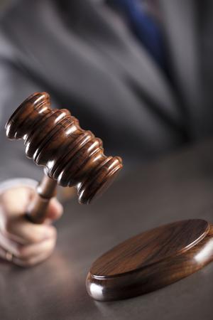 Juez en la sala del tribunal. Martillo en la mesa. Tema de derecho y justicia. Foto de archivo - 92759268