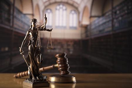 Tema derecho y justicia: biblioteca judicial. Estatua de Martillo y Themis.