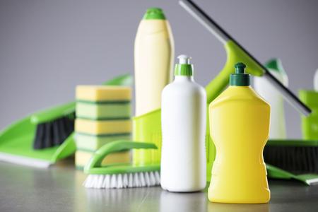 Tema de limpieza de casa y oficina. Conjunto de productos de limpieza de colores sobre fondo gris. Foto de archivo