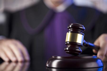 법정에서 판사. 망치를 치는 남성 판사. 스톡 콘텐츠