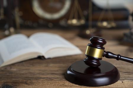 Notion de droit. Marteau des juges sur une table en bois rustique.