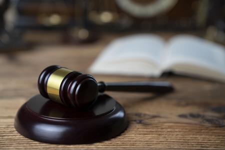 Pojęcie prawa. Młotek sędziów na rustykalnym drewnianym stole.