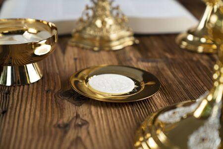 Tło koncepcji katolickiej. Krzyż, monstrancja i złoty kielich na ołtarzu.