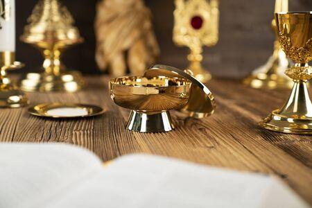 Tło koncepcji katolickiej. Na ołtarzu krzyż, monstrancja, Biblia i złoty kielich. Zdjęcie Seryjne