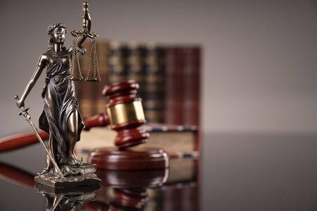 Statue of justice - Themis, legal codes and  gavel of the judge. 版權商用圖片 - 127690893