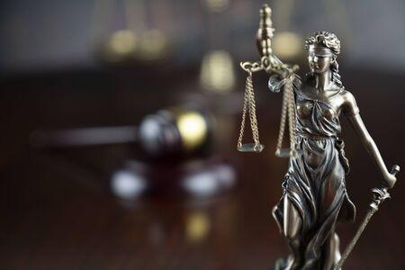 정의 개념입니다. 회색 배경에 테미스 동상, 판사의 망치, 정의의 규모. 스톡 콘텐츠