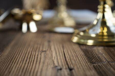 Katholischer Konzepthintergrund. Das Kreuz, die Monstranz und der goldene Kelch auf dem Altar.