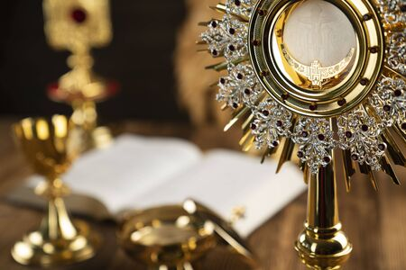 Religia, chrześcijaństwo, koncepcja katolicka. Drewniany stół i tło.