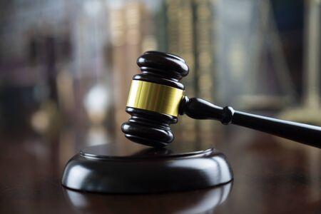 Concepto de juez. Martillo del juez en la biblioteca del tribunal de justicia.