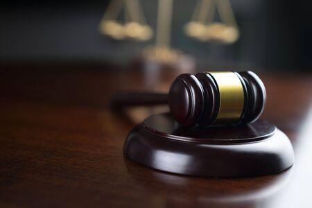 concetto di diritto. Martelletto del giudice e bilancia della giustizia.