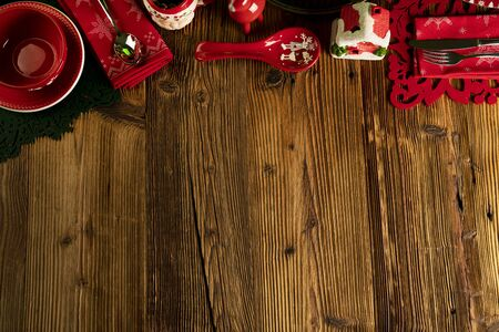 Fondo de Navidad. Vajilla de Navidad y adornos de mesa de madera rústica. Foto de archivo