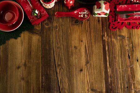 Sfondo di Natale. Stoviglie e decorazioni natalizie su tavola in legno rustico. Archivio Fotografico